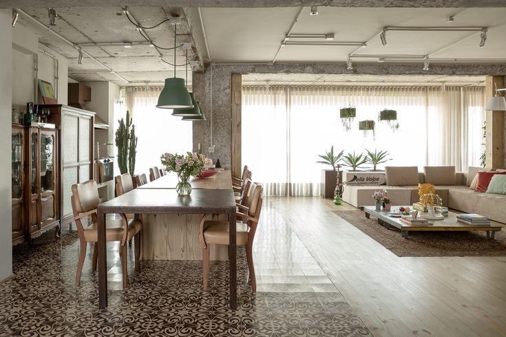 Living do apartamento projetado pelo Estúdio Vitor Penha   O espaço de jantar é delimitado por ladrilhos hidráulicos, da Ladrilar, combinados ao assoalho de pínus. À esquerda, parte do forro foi mantida rústica na área correspondente à varanda, que foi integrada à área interna