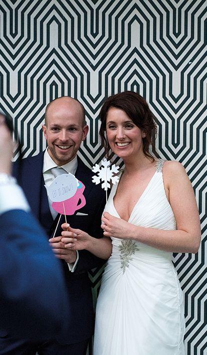 Altijd weer genieten van het geluk dat bruidsparen uitstralen, hier bij de trouwfotograaf. #Mereveld Utrecht in TOP 5 populairste trouwlocaties van Nederland!