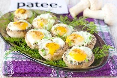 Перепелиные яйца, запечённые в шампиньонах. перепелиные яйца, шампиньоны. 4 штуки, шампиньоны небольшие. 15-20 минут на запекании. Пригорают, если без масла