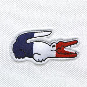Saviez-vous que chaque minute, Lacoste vend 25 polos dans le monde ? Cette année, vu le nombre d'événements sportifs – Jeux Olympiques en tête, la marque propose 3 versions de son polo aux couleurs de 16 nations, bien plus chic …