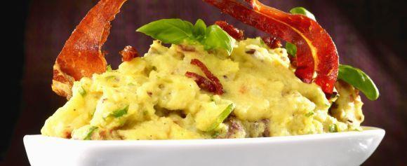 Få grønnsaker er vel mer anvendelige enn poteten, enten det er i supper, salater, lapskaus eller på egen hånd. Her finner du herlige oppskrifter og tips. - Side 1962895: Poteter som tilbehør kan lages på mange måter