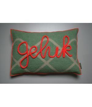 kussen van retro wollen dekens in groen met neon oranje accenten. De hoes is afneembaar en sluit met een knoop. Op de voorkant met gepunnikte letters in neon oranje het woord 'GELUK'. Ik maak ze ook op verzoek met een ander woord of naam erop.