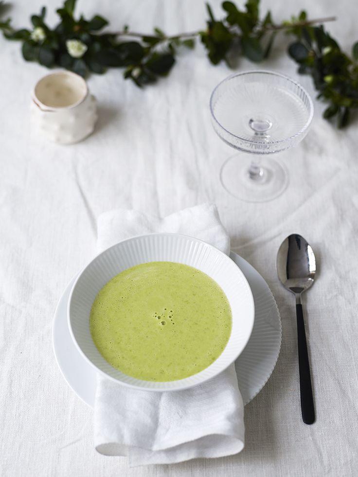Bilde og oppskrift på creme ninon, en fransk grønn ertesuppe med champagne. Food styling.