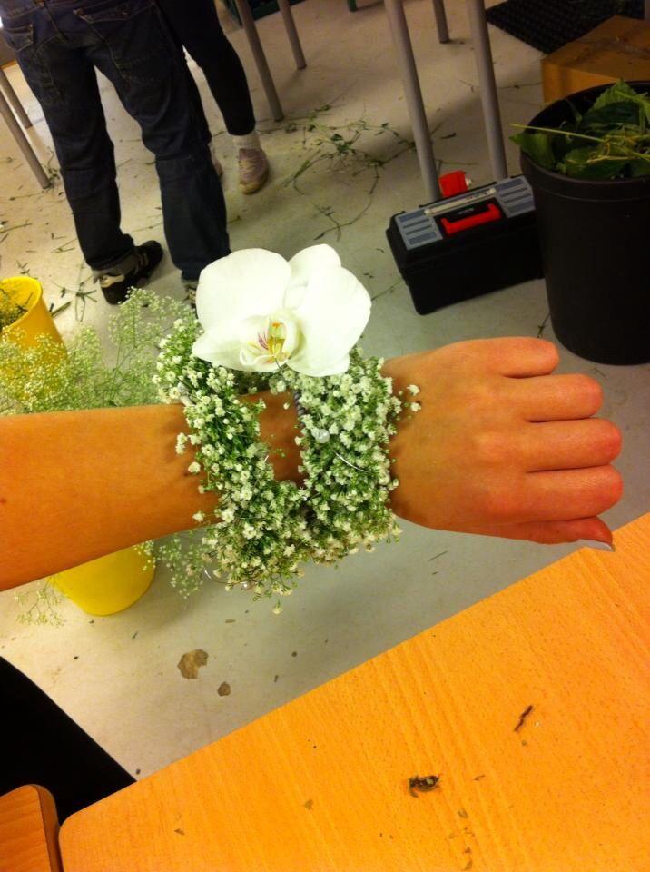 Armbånd med hvit brudeslør og hvit orkide