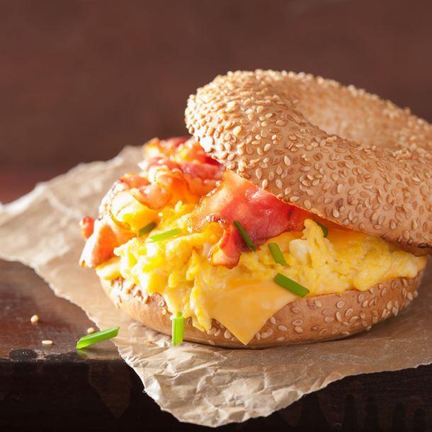 Bagels de petit déjeuner aux œufs brouillés, bacon et Vache qui rit®