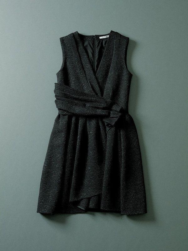 たっぷりの生地とドレープがフェミニンな印象。凹凸が生む陰影で、黒一色を華やかにドレスアップ。