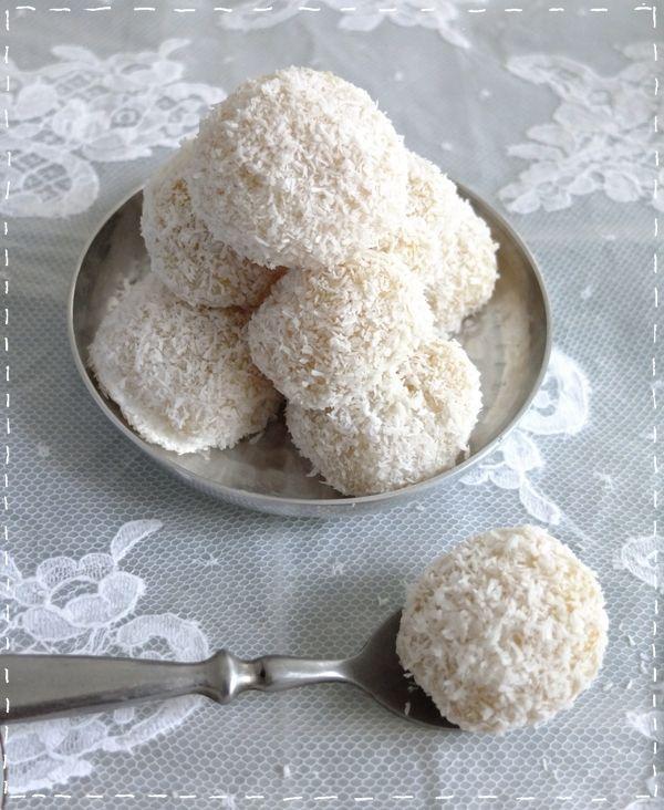 Ingrédients pour environ une dizaine de perles 100 g de farine de riz ( super marché bio ou asiatique ) 30 g de sucre en poudre 80 g de noix de coco rapé 1 jaune d'oeuf 3 cuillères à soupe de lait de coco 2 grosses cuillères à soupe de lait concentré sucré