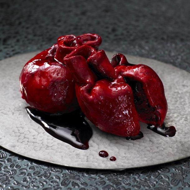 Тортик в форме сердечка для любимой. Эти кровоточащие тортики в виде сердца делает легенда британской кондитерской промышленности Лили Ванилли из Британии. Это чудо кулинарии представляет из себя за...