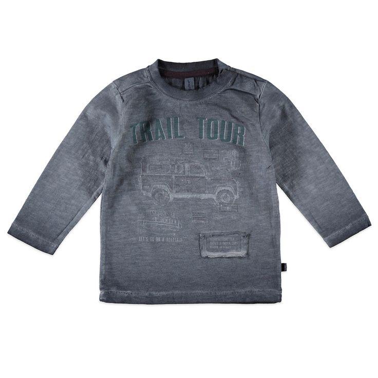 """Babyface T-shirt met ronde hals en lange mouw voor jongens in de kleur grijs. Dit tricot T-shirt van Babyface, uit de winter collectie, is gemaakt van 100% katoen. Verkrijgbaar in de maten 68 t/m 104 en bij de linkerschouder een drukknoopsluiting. Op de voorkant een verwassen print met de tekst """"TRAIL TOUR"""" en een rafelige stoffen applicatie. Dit artikel heeft een speciale verf behandeling gehad en kan hierdoor afwijken van de foto, door het dragen en wassen kan de kleur vervagen."""