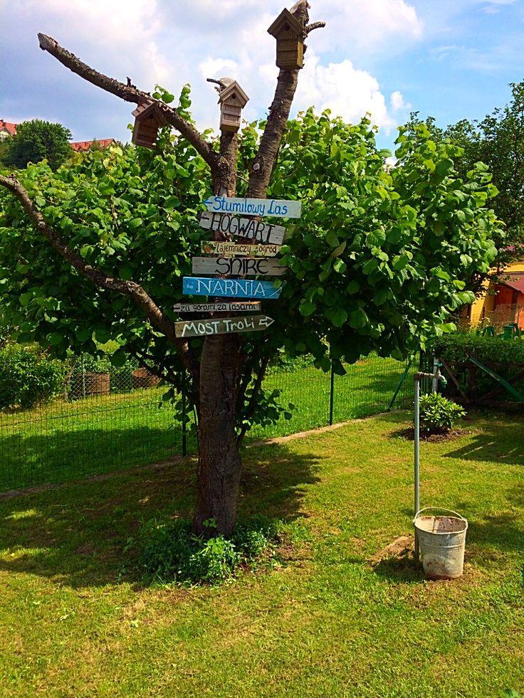 Drogowskazy w ogrodzie