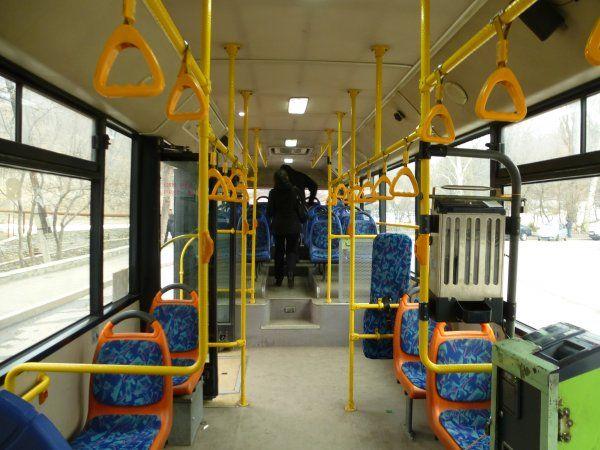 В Новосибирске женщина проехалась в автобусе полуголой http://actualnews.org/obshestvo/proishestviya/173589-v-novosibirske-zhenschina-proehalas-v-avtobuse-polugoloy.html  В Новосибирске утром 24 мая жители в автобусе №14 наблюдали полуголую девушку. Она стояла в общественном транспорте лишь в брюках и обуви, а верхняя часть тела была без одежды. Куртку пассажирка предпочла держать в руках.