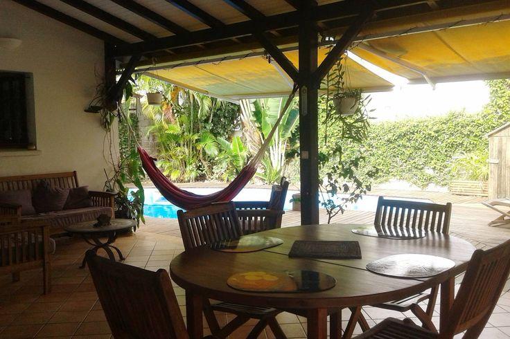 Nocleg przed promem  Terrasse couverte , accès piscine et deck, coin repas.