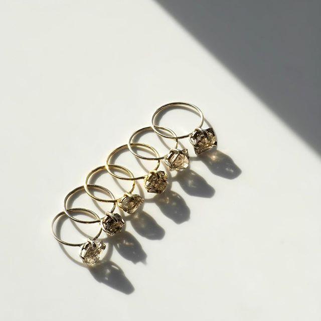 Тонкие золотые кольца с уникальными камнями (бесцветными, дымчатыми, серыми), в наличии в шоу-руме в белом, желтом и розовом золоте. Натуральный камень - всегда индивидуален. Двух одинаковых, просто не может быть. Приезжайте выбрать своё кольцо💍 #newcollection #ringstonejewelry 🌙Офис Ringstone Казарменный переулок 6, м. Чистые Пруды WhatsApp +7 9257363566