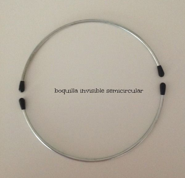 Un nuevo neceser al que le he puesto una de esas boquillas que quedan ocultas pero esta vez con forma circular:          La base la hice r...