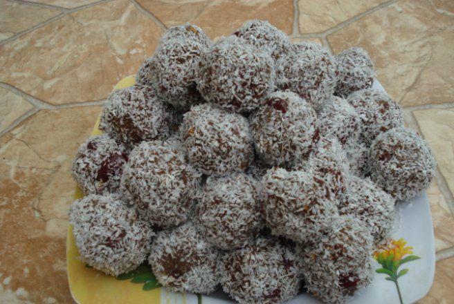 Retete Culinare - Bilute de biscuiti cu visine si cocos
