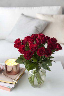 20 røde roser 50,- kroner. Kanskje du vil ha med en vase på kjøpet?