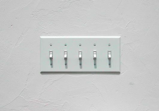 スイッチって言うと、照明を付けるためにオンとオフを切り替えるための物ですが、実はスイッチって凄く種類があるんです。そこで今回は、家に使う定番のスイッチや便利スイッチを解説しつつ、デザイン性の高いスイッチもご紹介していきます。