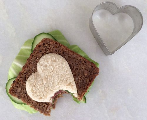 Pastrami heart sandwich for kids. Kids lunch. www.babybite.dk