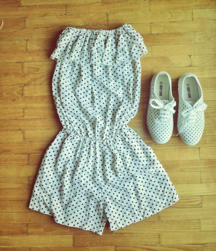 short jumpsuit with dots and matching sneakers. soo girly!!! we love it!!!