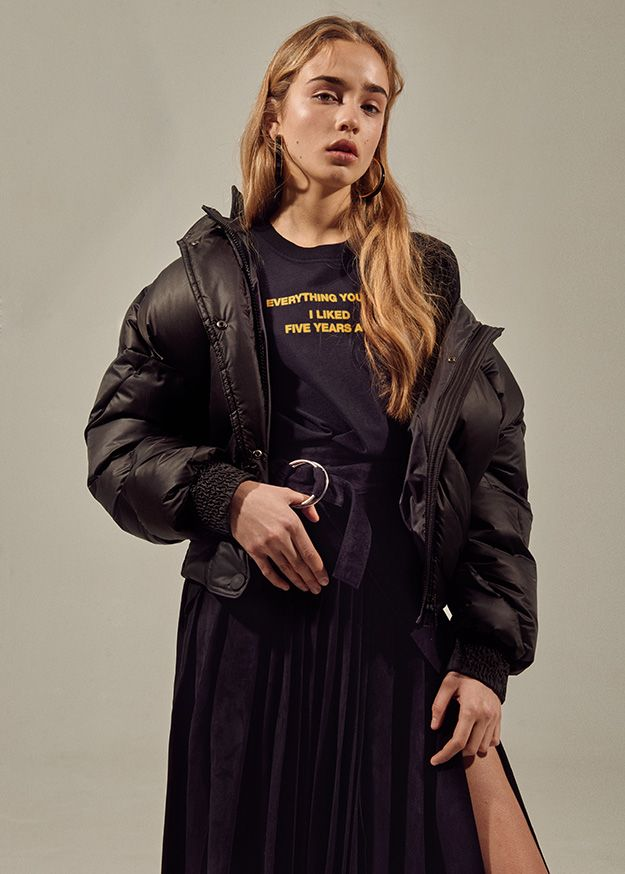 Куртка Ienki Ienki, футболка и юбка Off-White c/o Virgil Abloh, туфли Loewe, серьги Marni