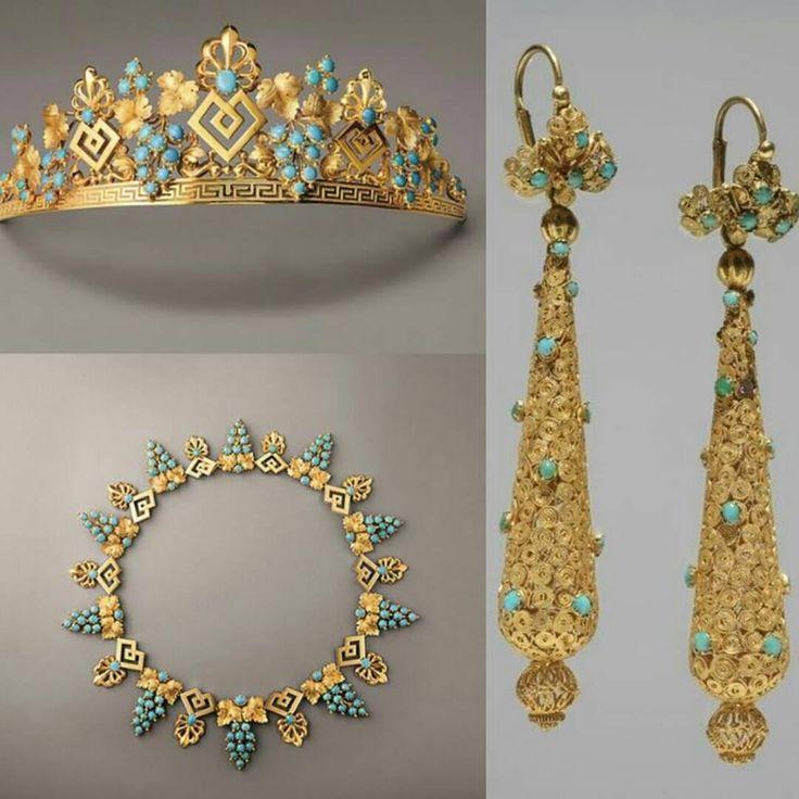 tiara , colar e brincos de ouro com turquesas .