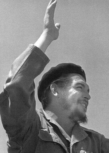 Primero de Mayo. 1963. La tradicional concentración y desfile populares en la Plaza de la Revolución, en La Habana, para el Día Internacional de los Trabajadores, fue ocasión en 1963 para que el fotógrafo plasmara estas imágenes que se han convertido en clásicas dentro del patrimonio gráfico cubano. Foto SALAS