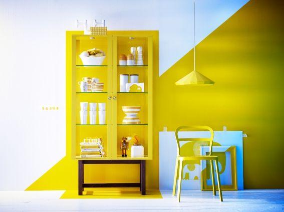 Haal de zon in huis met deze STOCKHOLM vitrinekast, maak af met een geometrisch vlak op de muur.