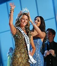 Jennifer Hawkins Miss Universe 2004, crowned by Amelia Vega, former Miss Universe 2003