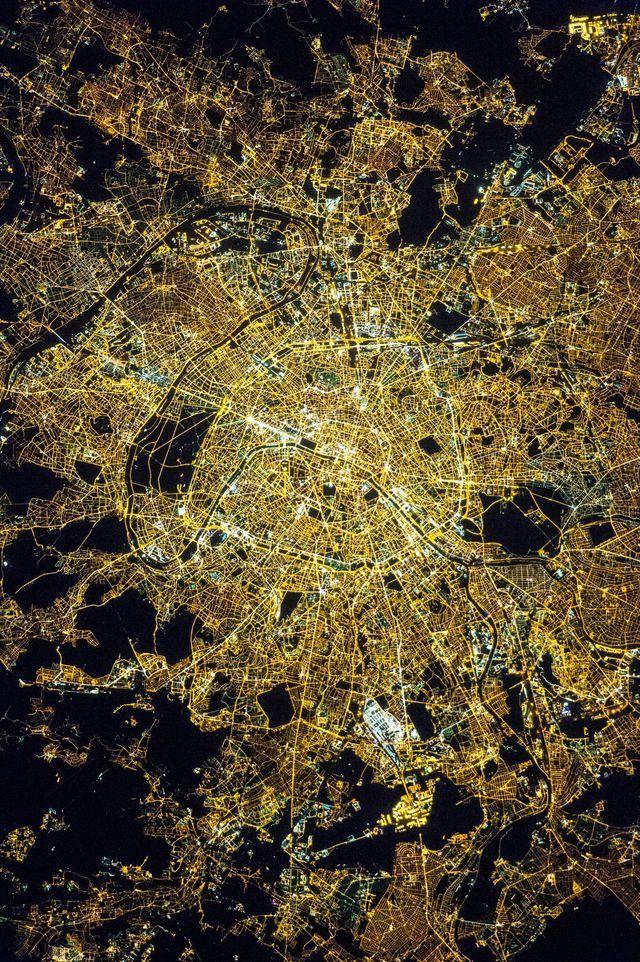 La photo de la ville de Paris, la nuit, diffusée par la Nasa.