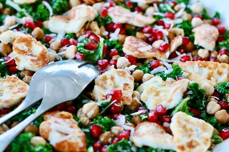 Har ni grönkål över från julen eller är ni sugna på en riktigt smarrig sallad? Då tycker jag att ni ska testa denna härligt krämiga grönkålssalladen med rostade