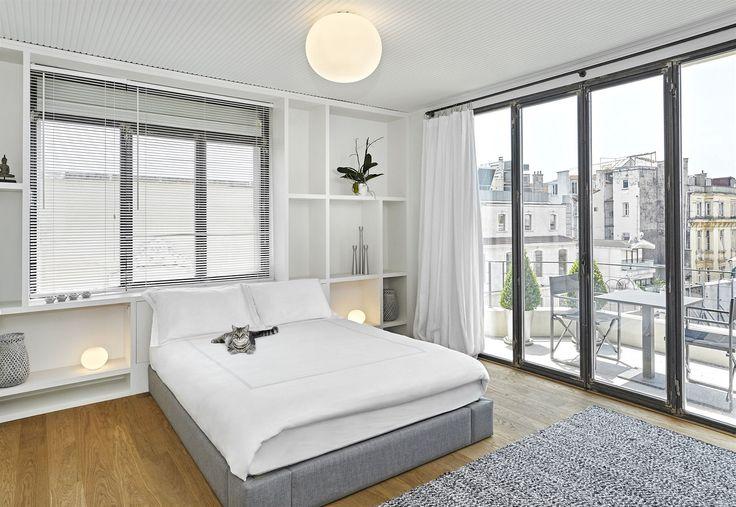 V celém bytě jsou jednoduchá a elegantní svítidla.