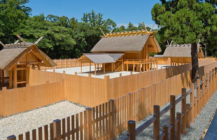 社殿の建築についてご紹介します。日本古来の建築様式を伝える唯一神明造。その簡素な直線美と素木の美しさをご堪能ください。お伊勢さんとして親しまれる伊勢神宮へぜひお参りください。