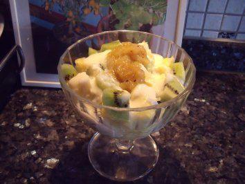 Das perfekte Dessert: Ananas-Kokos-Joghurt-Rezept mit Bild und einfacher Schritt-für-Schritt-Anleitung: Ananas schälen und in Würfel schneiden. Die Kiwis…
