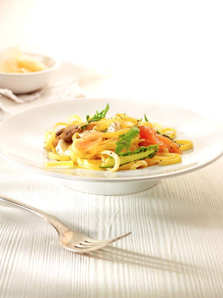 bereiden:  Borstel de champignons schoon en snijd ze in grote stukken. Doe ze in een kom en overgiet ze met olijfolie en rodewijnazijn tot ze onder staan. Kruid met zout en peper en meng.  Snijd de gero