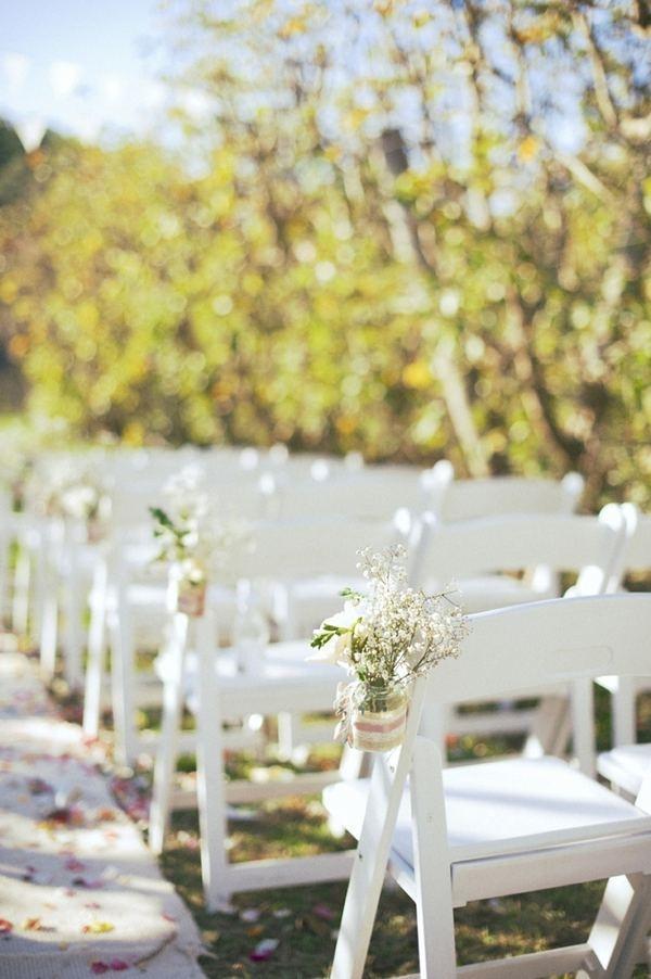 Witte stoeltjes, gipskruid met linnen/lint en witte loper/bloemblaadjes