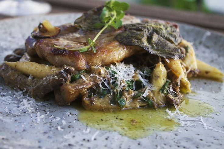 Koteletter med stuvede østershatte og hvide asparges