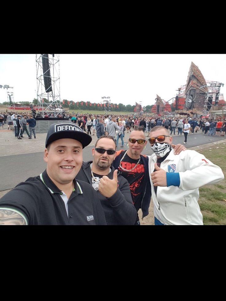 vrije tijd naar hardstyle/hardcore festivals deze foto is van defqon 1