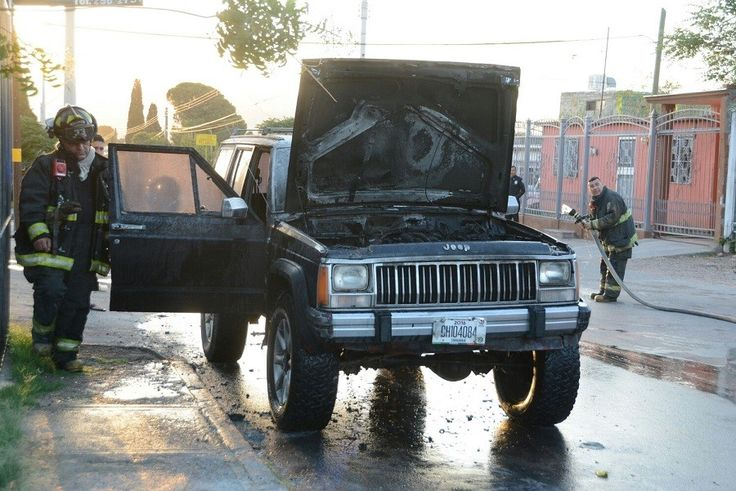 <p>Chihuahua, Chih.- Elementos del Heroico Cuerpo de Bomberos acudieron al llamado sobre el incendio de una camioneta que se quemó en la parte del motor