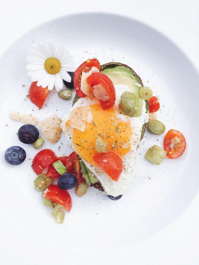 """Einen wunderschönen Freitag Feierabend ihr Hübschen! Wir wollen euch zum Auftakt des Wochenendes ein kleines, leckeres Blitz Rezept mitgeben, welches wir an unserem """"cooking Thursday"""" ausprobiert haben. Wir beide lieben Avocado und haben uns daher etwas Hübsches mit der tollen Frucht gezaubert… Und das in 10-15min, also perfekt nach einer anstrengenden Woche! Außerdem mach das frische Rezept sofort Sommerlaune.  Vegan- Glutenfrei Du brauchst dafür (für 2 Portionen) 1 Bund Frühlingszwiebeln…"""