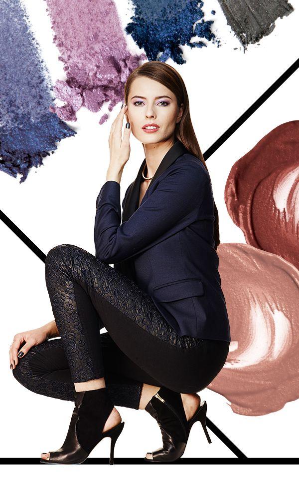 A la moda de la cabeza a los pies. Este look lo tiene todo. Unos impresionantes ojos con tonos de piedras preciosas, labios rubí, elegantes pantalones negros, tacones y accesorios llamativos.