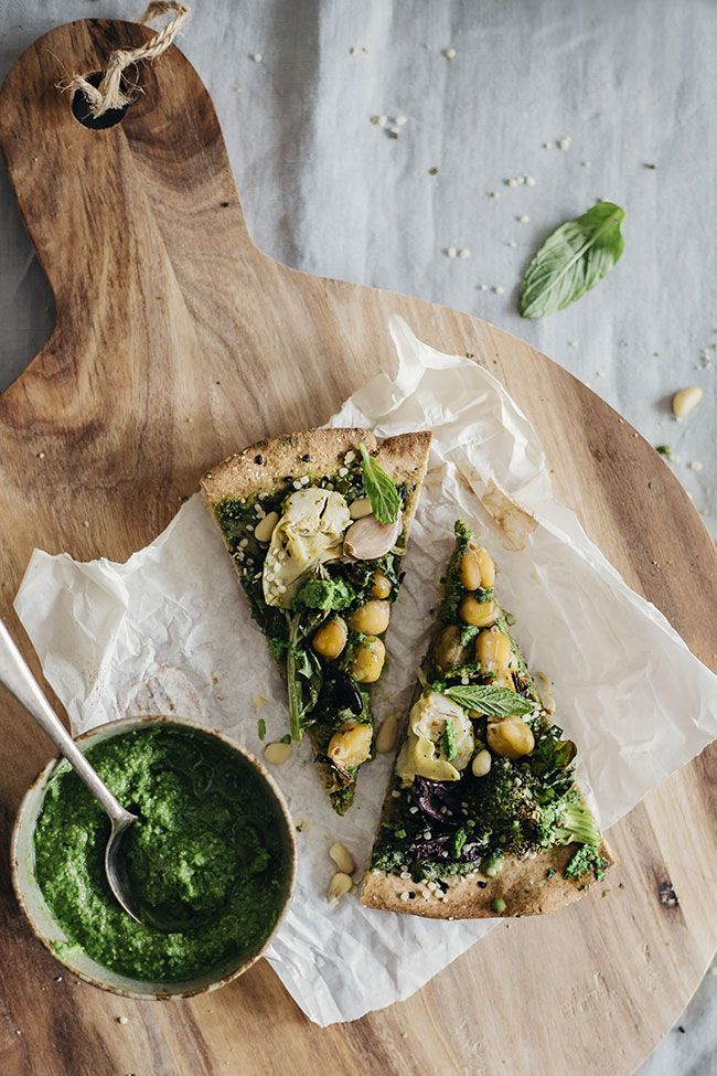 Very Green Pizza with Kale Pesto and Flatbread Crust #vegan #healthy | TheAwesomeGreen.com