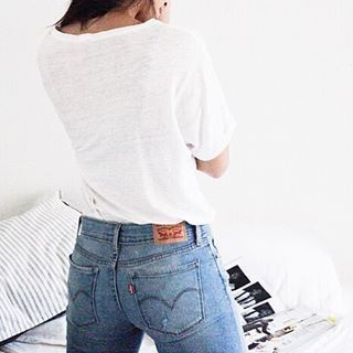 Never not feeling  in @levis and a classic white tee from @zady. These are the 711 Skinnies from @zappos and are a whopping $37! // #zapposstyle #ladiesinlevis