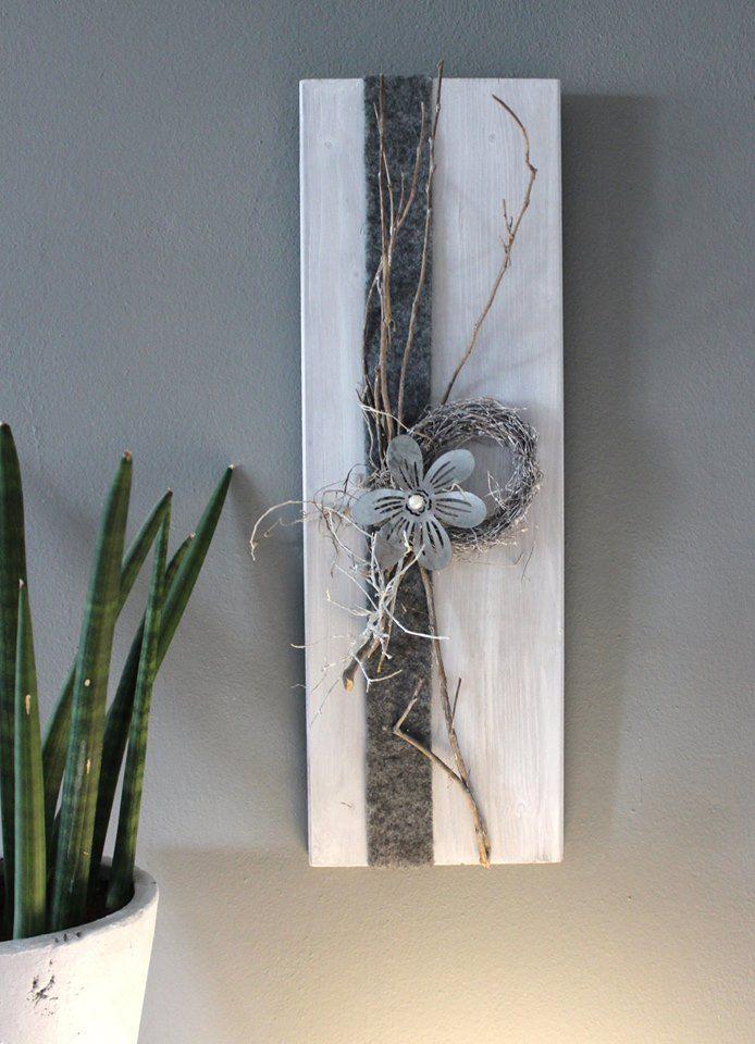 Holzbrett weiß gebeizt, dekoriert mit Filzband, einem kleinem Rebenkranz, natürlichen Materialien, einer Metallblume!