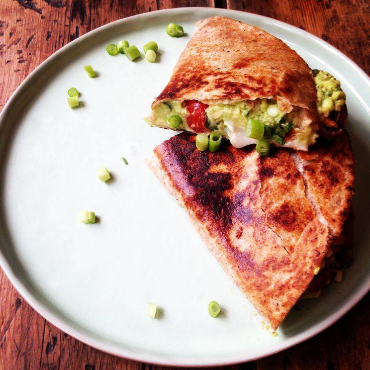 Quesadillas met guacamole, kip, zoete aardappel en geitenkaas