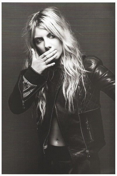 Melanie Laurent-lovin the belly button ring