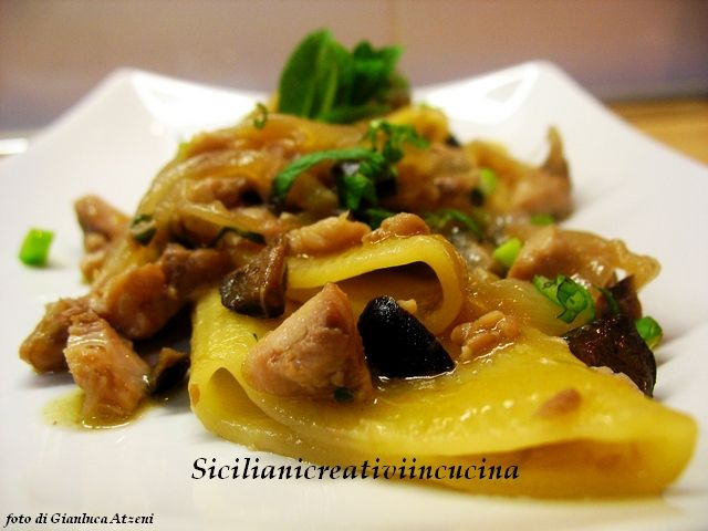 Pasta con ragù di sgombro, cipolle e olive | SICILIANI CREATIVI IN CUCINA |
