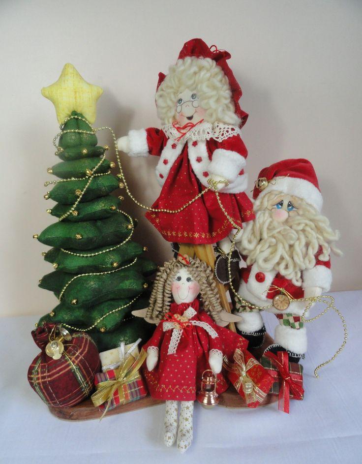Papai e Mamãe Noel decorando a árvore de Natal.    A Mamãe Noel está em cima de uma escada de madeira colocando os enfeites na árvore de Natal e o Papai Noel está lhe ajudando.    Tamanho: 37 cm (altura) x 31 cm (comprimento) x 20 cm (largura)