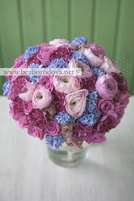Свадебный букет из розовых ранункулюсов и голубых гиацинтов с розовыми и кофейными розами