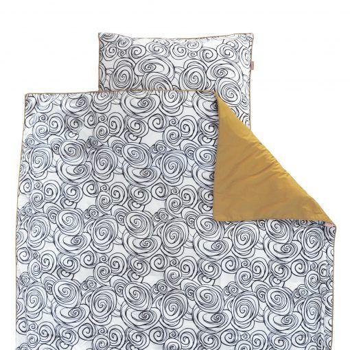 Nooit meer koude voetjes 's nachts! Zelfs de meest onrustige slapertjes kunnen het Tuck-Inn® dekbedovertrek niet lostrappen! In een hippe zwart-witte print.