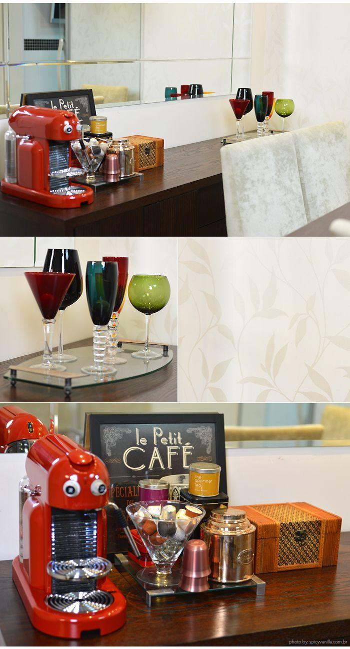 Deseeeejo: cafeteira vermelha retrô (está é a Nespresso Maestria) e um cantinho de chá e café.